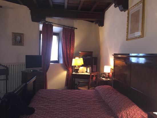 Vicchio, อิตาลี: Charming 13th century bedroom