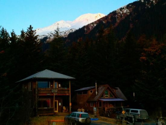 Alaska Paddle Inn: View of the property and mountains from the Beach