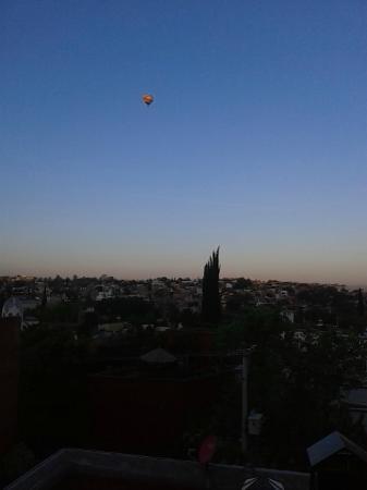 Hospedaje El Colibri: El globo aerostático en un tranquilo amanecer
