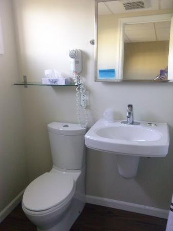 Footbridge Beach Motel : updated bathroom