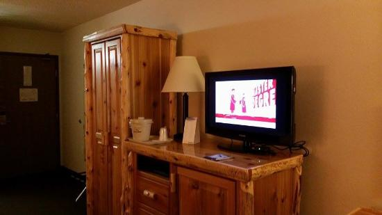 AmericInn Lodge & Suites Pequot Lakes: Nice TV, and cabinet