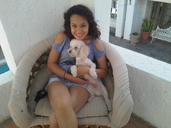 Motel Guluarte : La Meli con su mascota en la terraza del Hotel