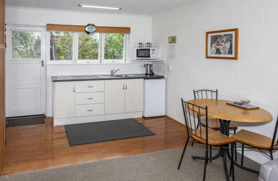 Brookby Motel : One bedroom unit kitchen-dining