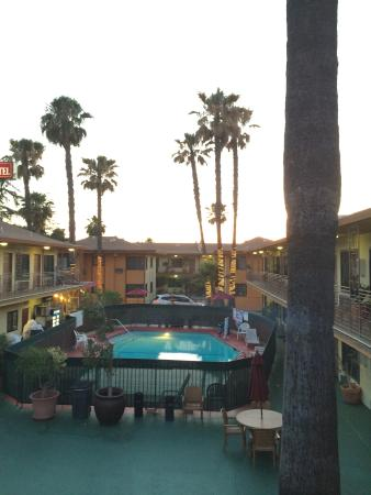 Studio City Court Yard Hotel: Evening at the hotel