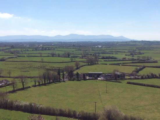 Doon, Irland: The view atop the hill.. The cottage below