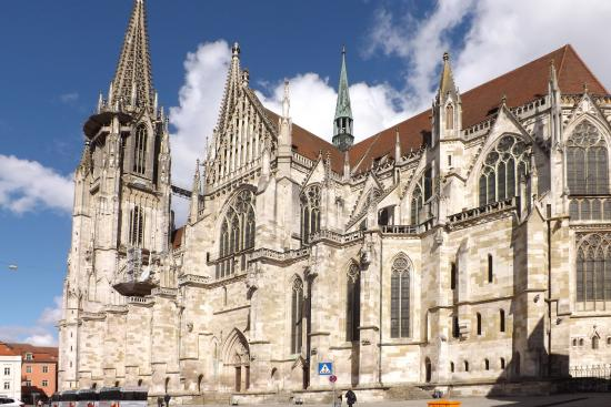 Regensburg, Tyskland: Side view of the cathedral