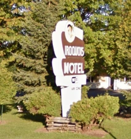 Iroquois Motel: Neat sign but horrible rooms