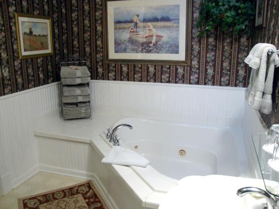 1892 Victoria's Keep: Jacuzzi tub for Two