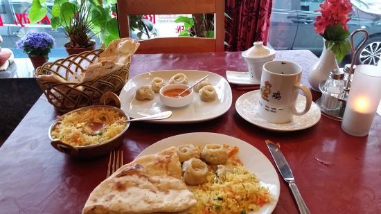 Nepal House: Momo's met naanbrood en pilawrijst