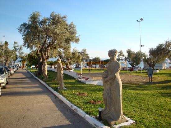 Miramare Hotel: αγαλματα στον κηπο