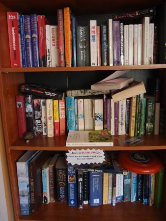 Chez la Mer Backpackers: book rack at communal area. u can exchange ur book here.