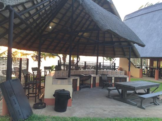 Dugong Mozambique - Inhassoro: Entertinment and bar area
