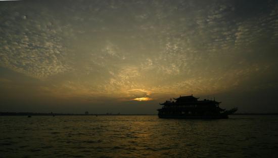 Potomac Cruise Vietnam: Hồ Tây huyền ảo