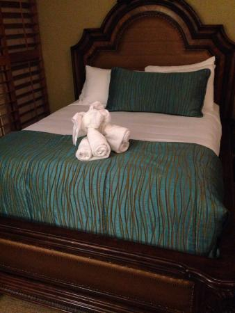 Pacific Terrace Hotel : Cute towel animal on the bed