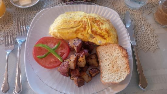 West Ridge Guest House: Omelette, fried potatoes & toast
