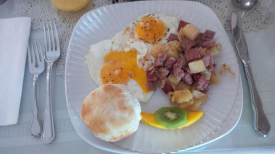 "West Ridge Guest House: Sunny side up, ""biscuit"" & corned beef hash"