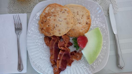West Ridge Guest House: Pecan pancakes & bacon