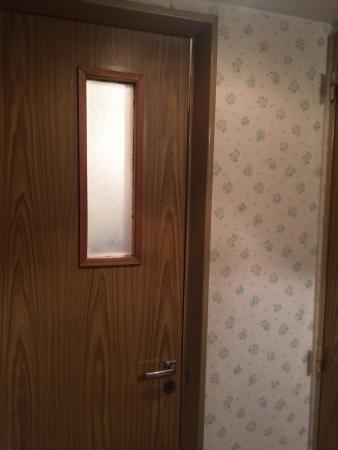 Plaza Hotel: Puerta al baño con un pequeña haz de luz...