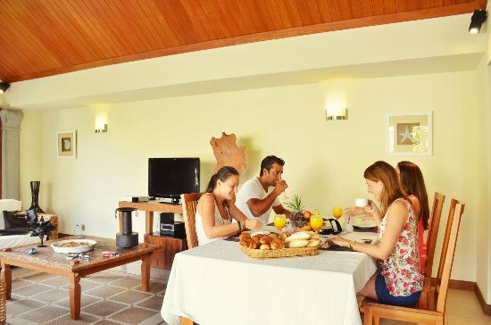 Residence Les Villas Oasis: Breakfast served in villa
