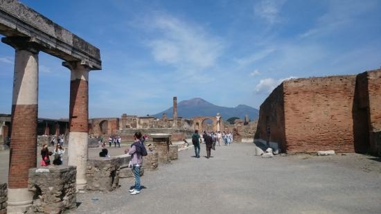 Tui Sensimar Grand Hotel Nastro Azzurro: The top of Mount Vesuvius from Pompei