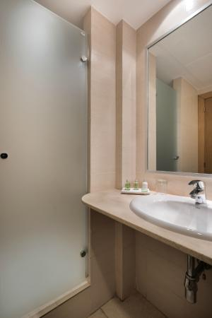 NH Ciudad de Valencia: Bathroom