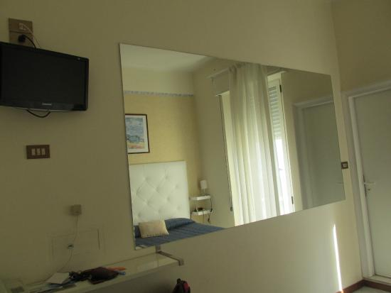 Miroir picture of riviera mare beach life viserba for Miroir review