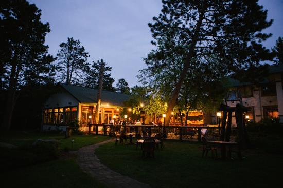 Manhattan's at Manhattan Beach Lodge: Patio at Night
