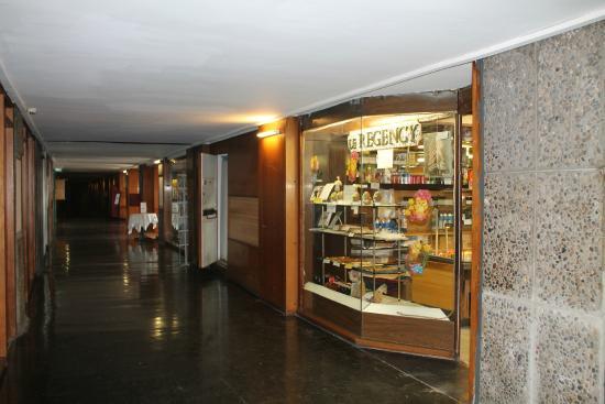 """Hotel le Corbusier: La """"rue"""" et l'accueil de l'hôtel aussitôt après la boulangerie"""