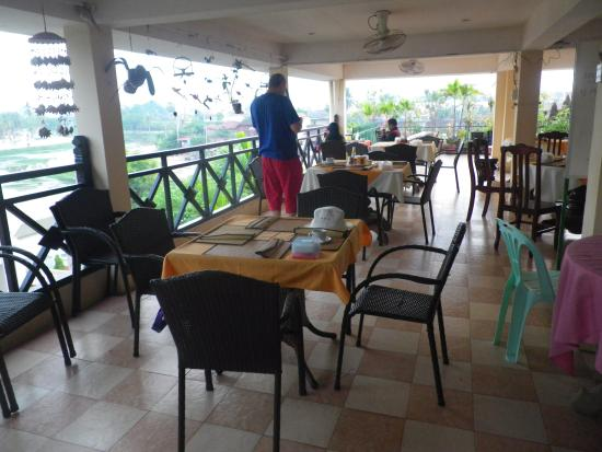 Siem Reap Riverside: The breakfast restaurant at the roof. Cozy!