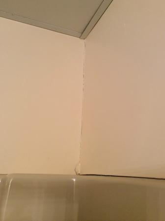 Anchorage Inn: more cracks in the bathroom