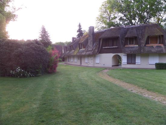 Auberge des Templiers : Jardines y edificios exteriores