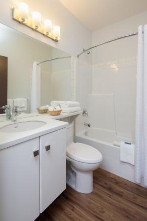 Kelowna Inn & Suites: Premium guest room bathroom