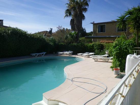 Hotel les Mimosas : Vue  de la piscine