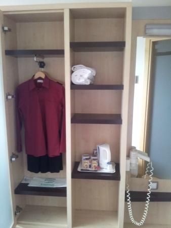 Holiday Inn Express Madrid-Alcorcon: Armario/espejo