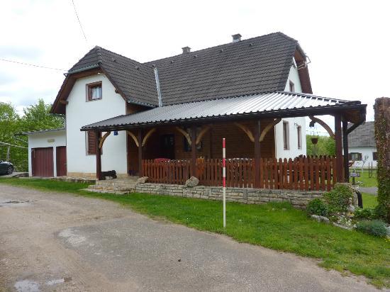 House Nada : una casa in mezzo al verde