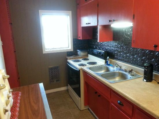 Blue Lady Resort and Sunset Grill: Cabin 4 remodeled kitchen