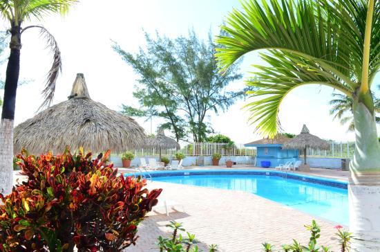 Miami Beach North Plaza Hotel: Luego de esta pileta se encuentra la salida a la playa
