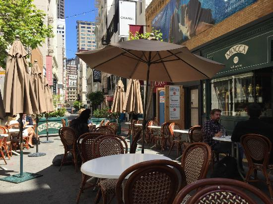 Mocca On Maiden Lane: Outdoor seating at Mocca on a lovely San Francisco day