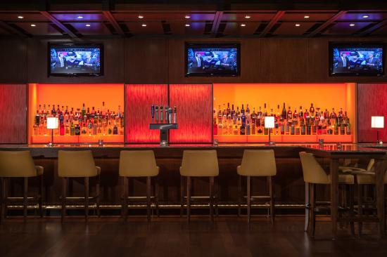 Kansas City Marriott Downtown: Meet and socialize in Bar Central at our hotel