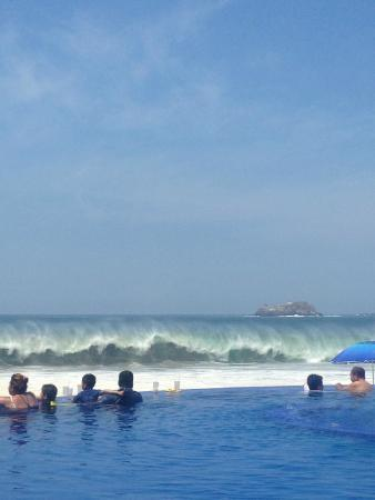 Posada Real Ixtapa : Waves from infinity pool