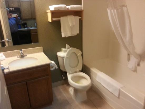 Suburban Extended Stay Hotel: Bathroom