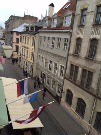 Grand Palace Hotel: Вид из окна на улицу Старого города.