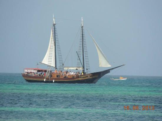 Aruba Beach Villas: Foto tirada de frente do hotel.