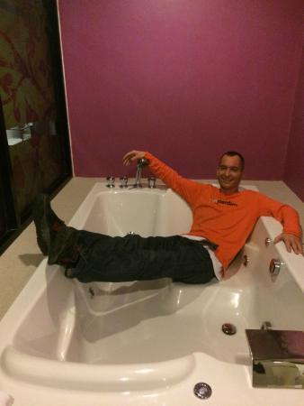 Bhukitta Hotel & Spa: Bath tub