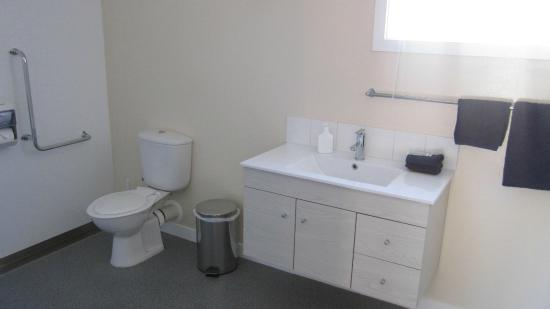 Cromwell Motel: Bathroom in Access unit, enough room for a wheel chair