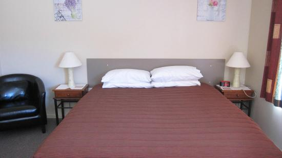 Cromwell Motel : Access Unit, king size bed