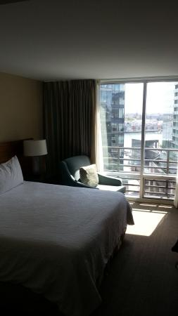 Hilton Garden Inn Baltimore Inner Harbor: Comfortable bedding and room with a view of the harbor