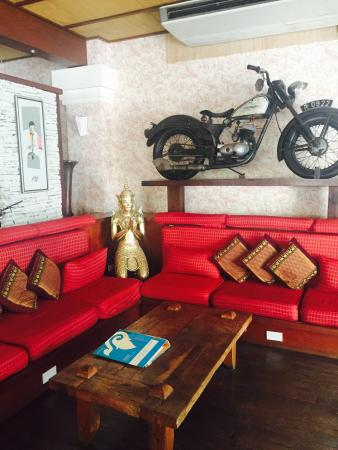 Nirvana Boutique Suites: The lobby just next to the cafe. The motorbike is too huge not to be missed.