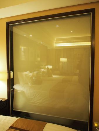 New Century Grand Hotel: ม่านห้องน้ำที่ลงมาปิดได้