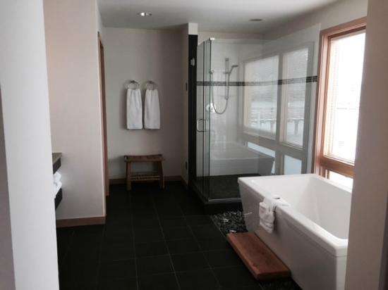 Boatyard Inn: Rest of the bathroom